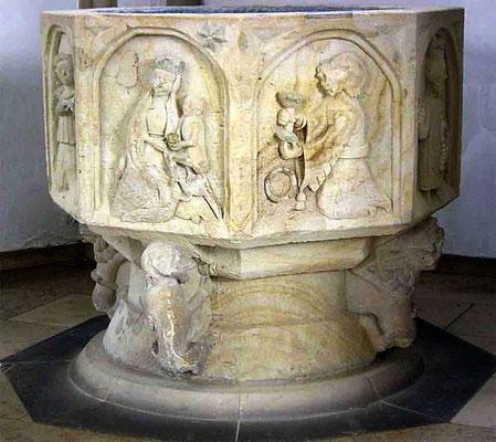 Taufbecken ca. 700 Jahre alt - seit 1952 wieder in der Kirche