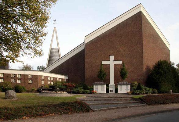 Das Ehrenmal an der Straßenseite vor der Kirche