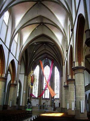 Altarraum geschmückt von den Firmlingen