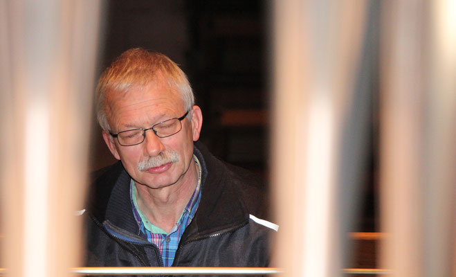 Orgelbaumeister Merten hört mit viel Gefühl die ersten Töne