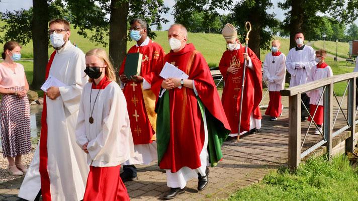 ... Pastor Rajakumar Mathias , Pfarrrer Ulrich Franke, Weihbischof Stefan Zekorn