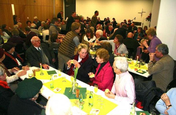 Die Gemeindemitglieder beim Abendimbiss