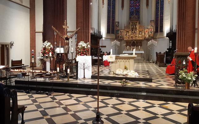 Der liebevoll hergerichtete Altarraum, erweitert um die gesammelten Stücke der Familiengruppe und den 'Lebensbaum' mit den Fingerabdrücken der Gottesdienstteilnehmer