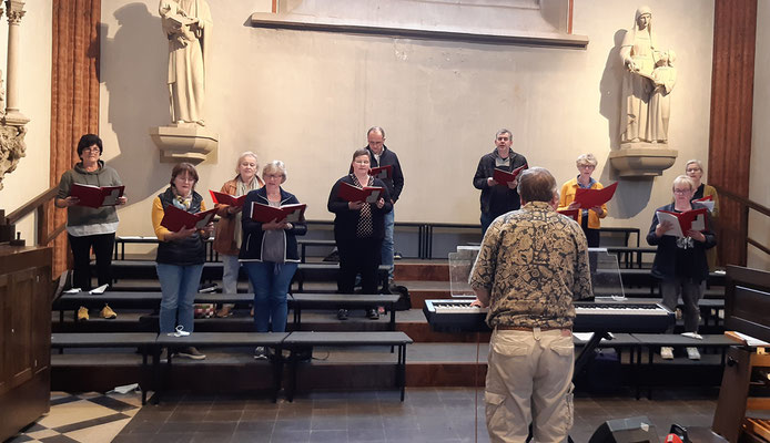 Der Chor Auftakt unterstütz den Gottesdienst mit seinem Gesang