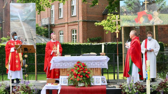Die Priester mit Pastoralreferent Martin Reuter am Altar auf der Bühne
