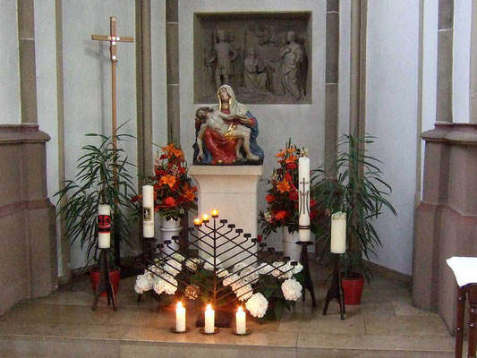 ... steht links neben dem Altar ...