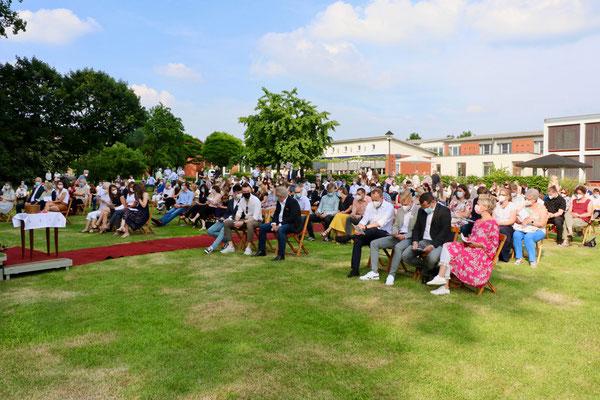 Die Gottesdienstbesucher haben sich hinter der Kirche - vor dem St. Vitus-Stift versammelt