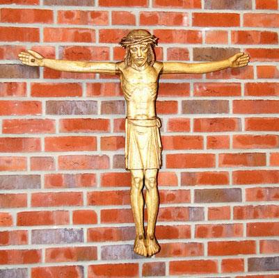 Das Kreuz hängt schon im Eingangsbereich