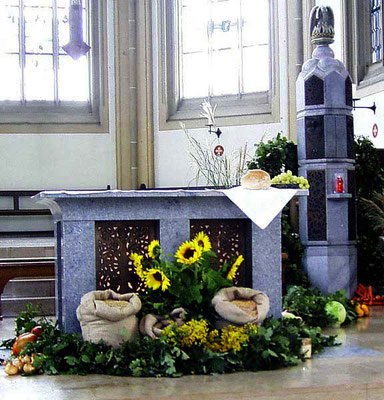 1977 - neuer Altarraum - hier der Altar zu Erntedank geschmückt