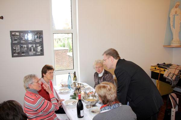 Weihbischof Stefan Zekorn im Gespräch mit Gemeindemitgliedern