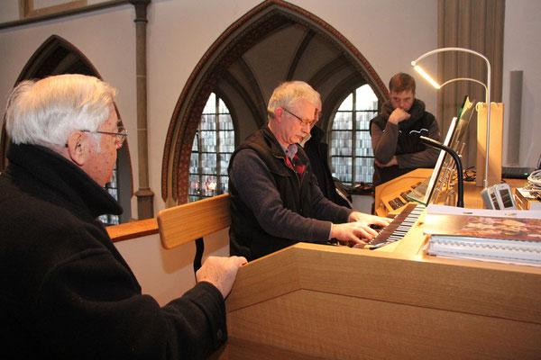 Die ersten Besucher auf der Orgelbühne