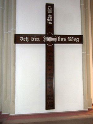 Missionskreuz - Aufschrift: 'OMI 7. - 21. Sept. 1980 + OMI 2. - 17. Mai 1987 / 1912 / Ich bin (Mission) der Weg / PP.Frz. / 2. Mai - 18. Mai 1937 /+ / C.SS.R / 29. April - 15. Mai 1951 / OMI 19. Mai - 5. Juni 1960