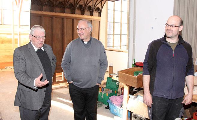 Bsichof und Pastor begutachten die Baustelle