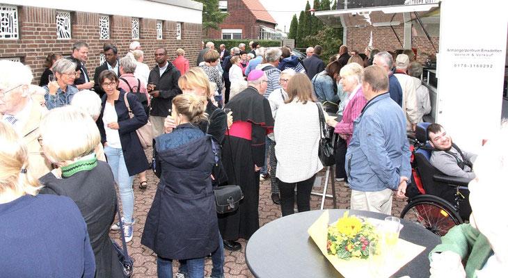 Auch Bischof Geerlings mischte sich unter die Gemeindemitglieder