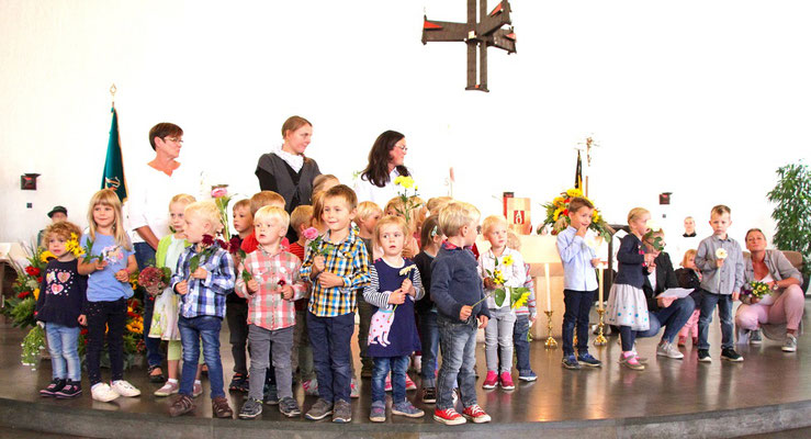 Die Kinder aus dem Kindergarten St. Marien sind eingeladen und zahlreich erschienen