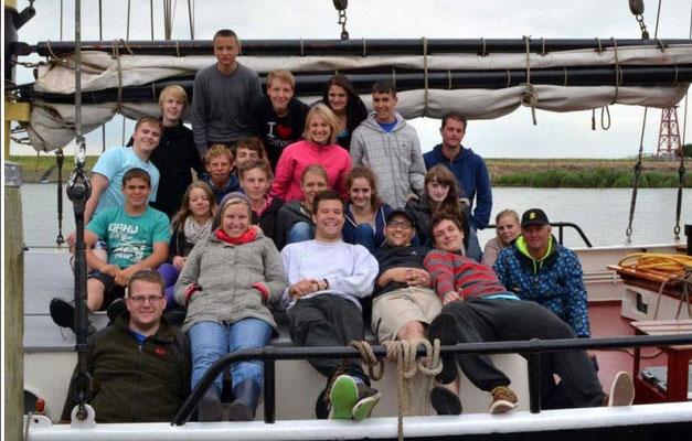 Die Teilnehmer der Ferienfreizeit auf ihrem Boot