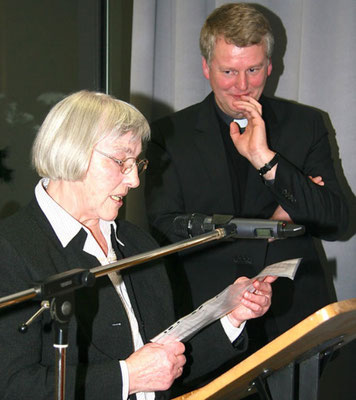 Mathilde Vennemann trägt ihr plattdeutsches Gedicht vor