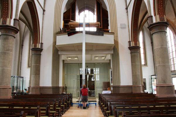 Mit einer Hebebühne werden die Teile von der Orgelbühne geholt