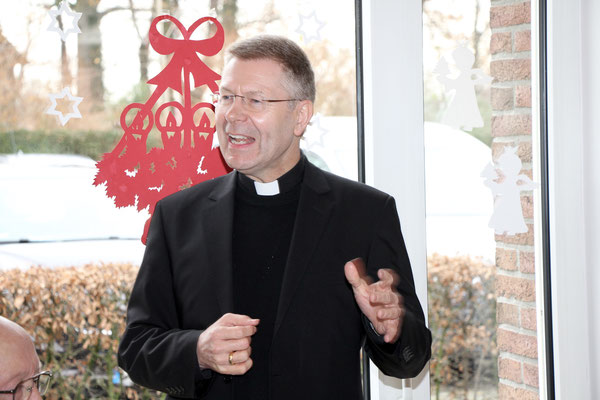 Weihbischof Stefan Zekorn spricht zu den Gemeindemitgliedern