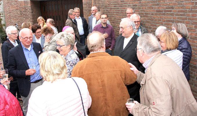 Pfr. em. Bernhard Lütkemöller im Gespräch mit Gemeindemitgliedern