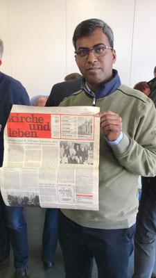 Pater Rajaumar zeigt die Kirchenzeitung aus dem Jahr 1982