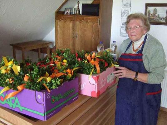 Hedwig Lunemann beim Verpacken der Sträußchen