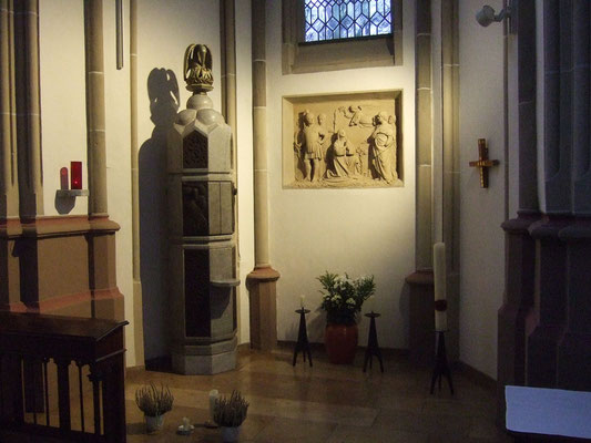 Tabernakel (1977, Rud. Peer, Köln),  Sandsteinrelief der hl. Katharina, Mitpatronin der Kirche