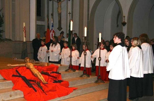 Vor dem Altar liegen die Kreuze für das neue Pfarrheim