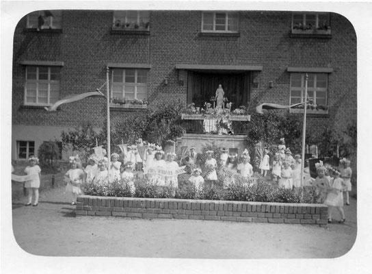 1940 Kommunionkinder vor dem Portal