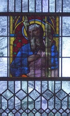Kirchenfenster über dem Gedenkort