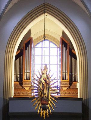 Strahlenmadonna - im Hintergrund die Orgelempore (seit 1929)