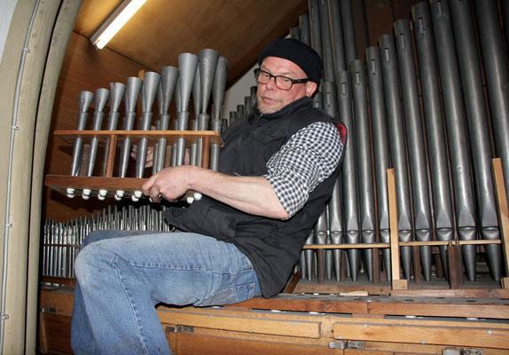 Beim Ausbau der Orgelpfeifen