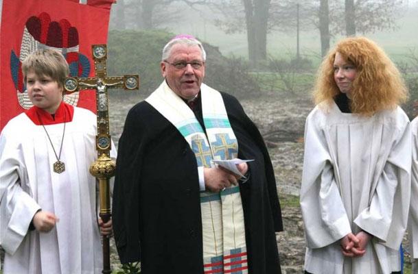 Weihbischof Dieter Geerlings mit Vincent Eichhorn (li) und ... Foto: CHR