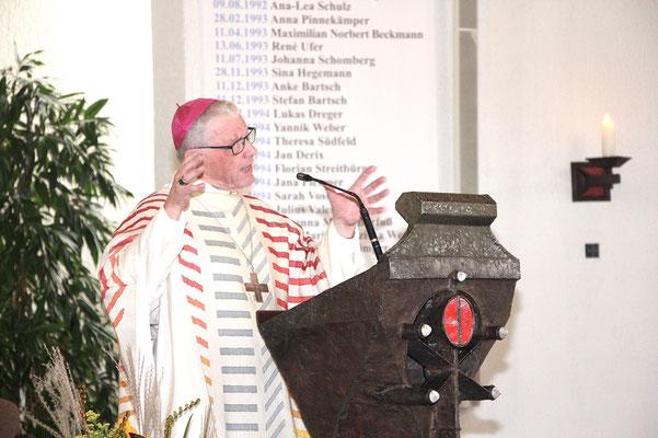 Weihbischof em. Dieter Geerlings erinnert an den Bischofsstab, übernommen von Bischof Heinrich Baaken, der von genau 50 Jahren mit diesem Stab an der Kirchentür klopfte.