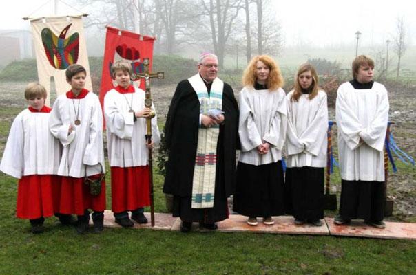 Weihbischof Dieter Geerlings mit den Messdienern. Foto: CHR