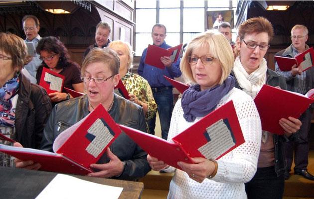 Während des feierlichen Gottesdienstes singt der Chor 'Auftakt'