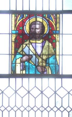 Das Kirchenfenster über dem Sandsteinrelief