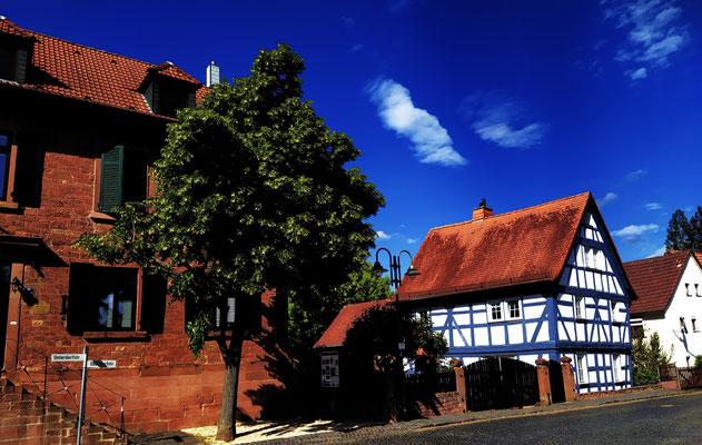 Alte Schule Meerholz (li.)