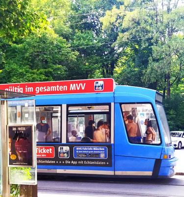 """... Halbnackerte in der Tram -""""Und ab die Post!"""" 😂"""