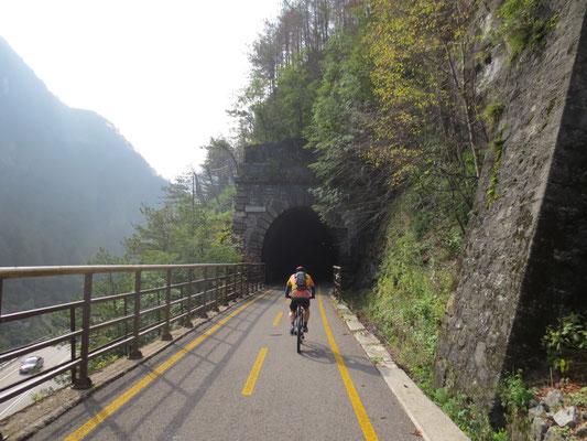 Durch unzählige Tunnel geht es die Civlovia / Alpe Adria Radweg zügig bergab