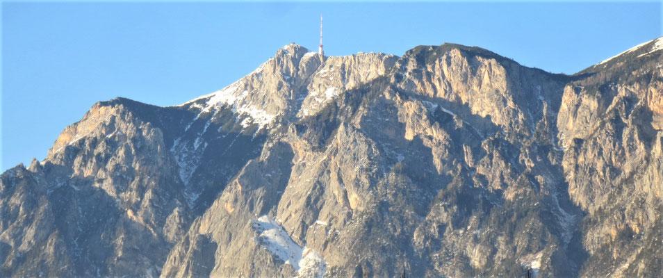 Das Gipfelmassiv des Dobratsch in der Wintersonne
