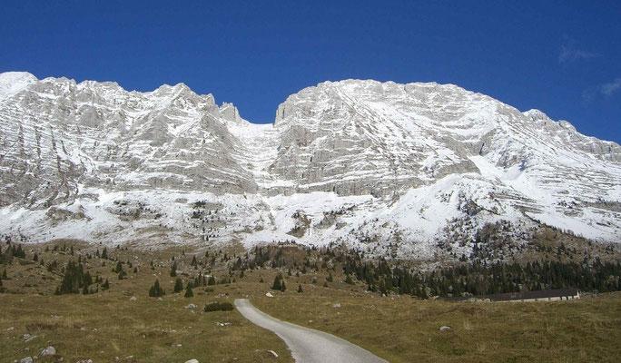 Blick von der Pecolalm auf die Montaschgruppe (Modeon d. Montasio 2606m, die Scharte in der Bildmitte heißt Forca del Palone 2242 m und Cima di Terrarossa 2420 m