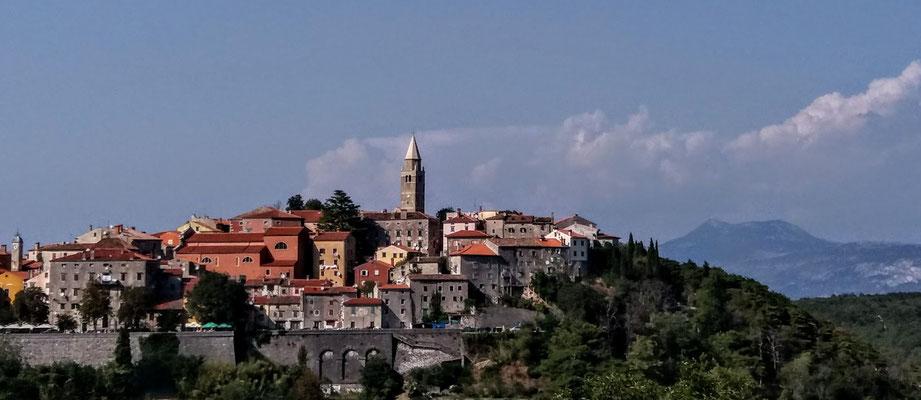 Die mittelalterliche Stadt Labin in Istrien, rechts im Hintergrund der höchste Berg Istriens, der Vojak (Monte Maggiore)