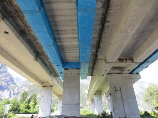 Die mächtigen Betonkonstruktionen der Autobahn bei Pontebba...