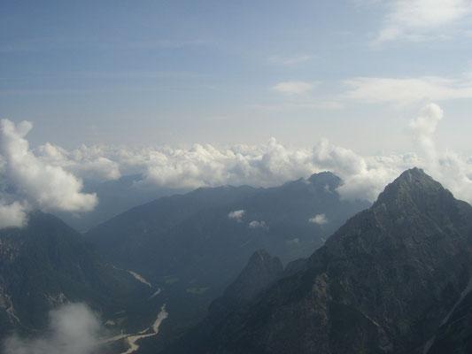 Blick hinunter in die Saisera, in der Bildmitte unter den Wolken Luschariberg und Steinerner Jäger, rechts der Wischberg