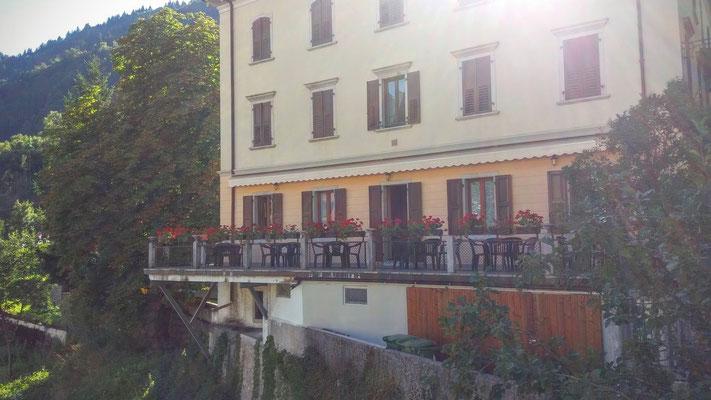 Die malerisch und von dieser Ansicht abenteuerlich gelegene Terrasse der Bar Italia in Paularo