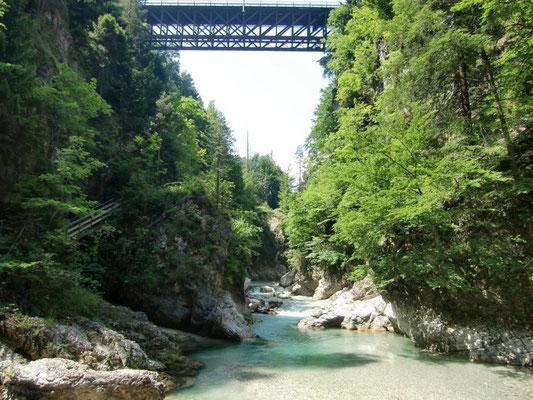 """Die historische Eisenbahnbrücke der """"Kronprinz-Rudolf-Bahn"""" spannt sich in atemberaubender Höhe über die Schlitzaschlucht"""