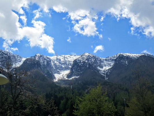 """Der Dobratsch (Villacher Alpe) mit dem Sender von Bleiberg aus gesehen mit den 3 noch schneebedeckten """"Lahnern"""" (Lawinenkegel)"""