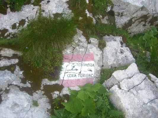 Hier zweigt der Ceria-Merlone-Klettersteig ab, der auf alten Kriegssteigen spektakulär über den Kamm der Montaschgruppe verläuft