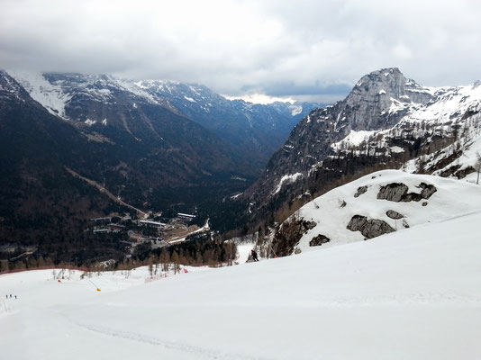 Blick hinunter auf den in den 1970er Jahren aus dem Boden gestampften italienischen Ski-Retortenort Sella Nevea